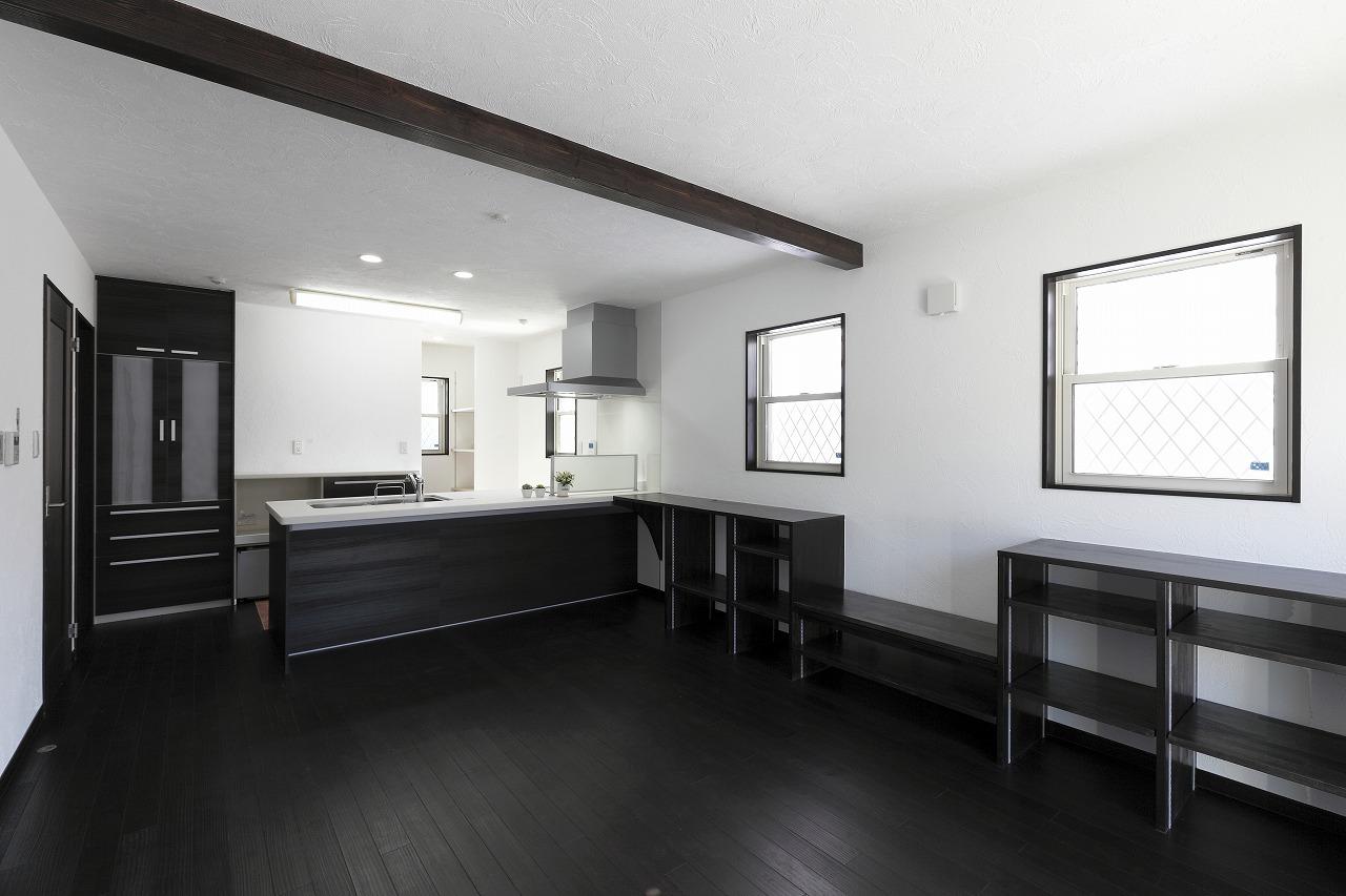 白×黒 上質でスタイリッシュな自然素材の家
