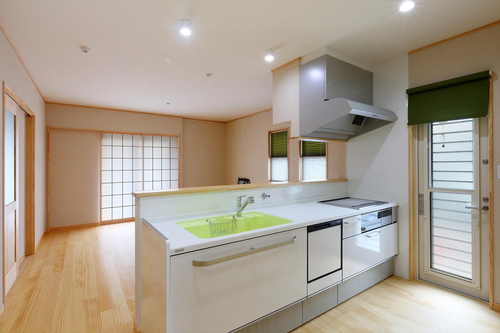 店舗併用住宅を自然素材の二世帯住宅に建替え