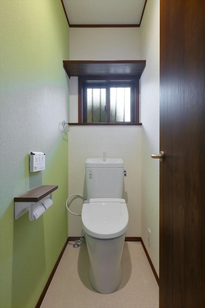 アースカラーでまとめたトイレ
