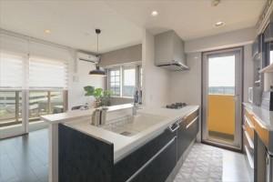 人造大理石の白が映えるオープンキッチン